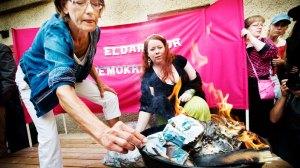 Feministiskt Initiativ kuppades förmodligen in i EU-parlamentet. På bilden ser vi dess talesperson, alkoholisten Gudrun Schyman, bränna upp 100 000 kronor för att bevisa att hon är en idiot. (Yeah, som om vi inte redan visste det.)