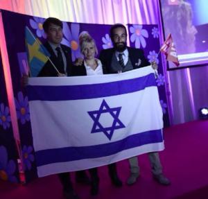 Sverigedemokraterna har profilerat sig som ett starkt Israelvänligt parti. De är alltså goda vänner med ett land som är redo att förinta världen med kärnvapen... Bilden ovan är från SD:s valvaka 2014 där den israeliska flaggan fick stå i centrum. Ja, du läste rätt! Bilden ovan med den stora israeliska flaggan är från SD:s valvaka 2014...