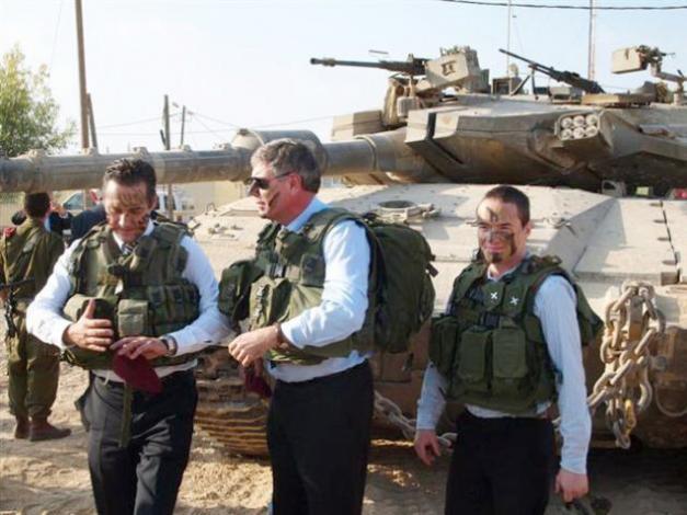 Längst till höger har vi Sionistdemokraternas Cunt Ekeroth vid Gaza-gränsen tillsammans med politikerna Heinz-Christian Strache (till vänster) och Filip Dewinter (mitten).
