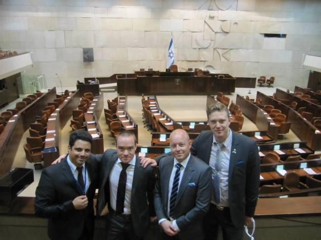 Sionistdemokraterna Cunt Ekeroth (mitten vänster) och Björn Slödder (mitten höger) ser ut att känna sig som hemma i Israels parlament Knesset (2013).