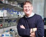 Nobelpristagaren Tim Hunt fick smaka på skampålen efter att ha dragit ett skämt om kvinnor i labbet. Han var dock förmodligen inte lika glad som på bilden när han blev av med sin hedersproffesur bara för sitt harmlösa raljerande.